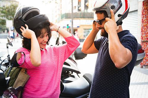Paar auf Motorrad mit Helm 500px